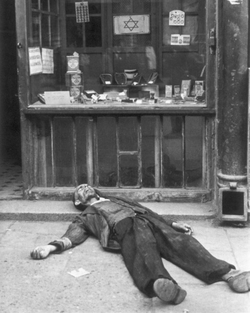 Мертвый мужчина перед магазином, Варшава, Польша, 1941 год.