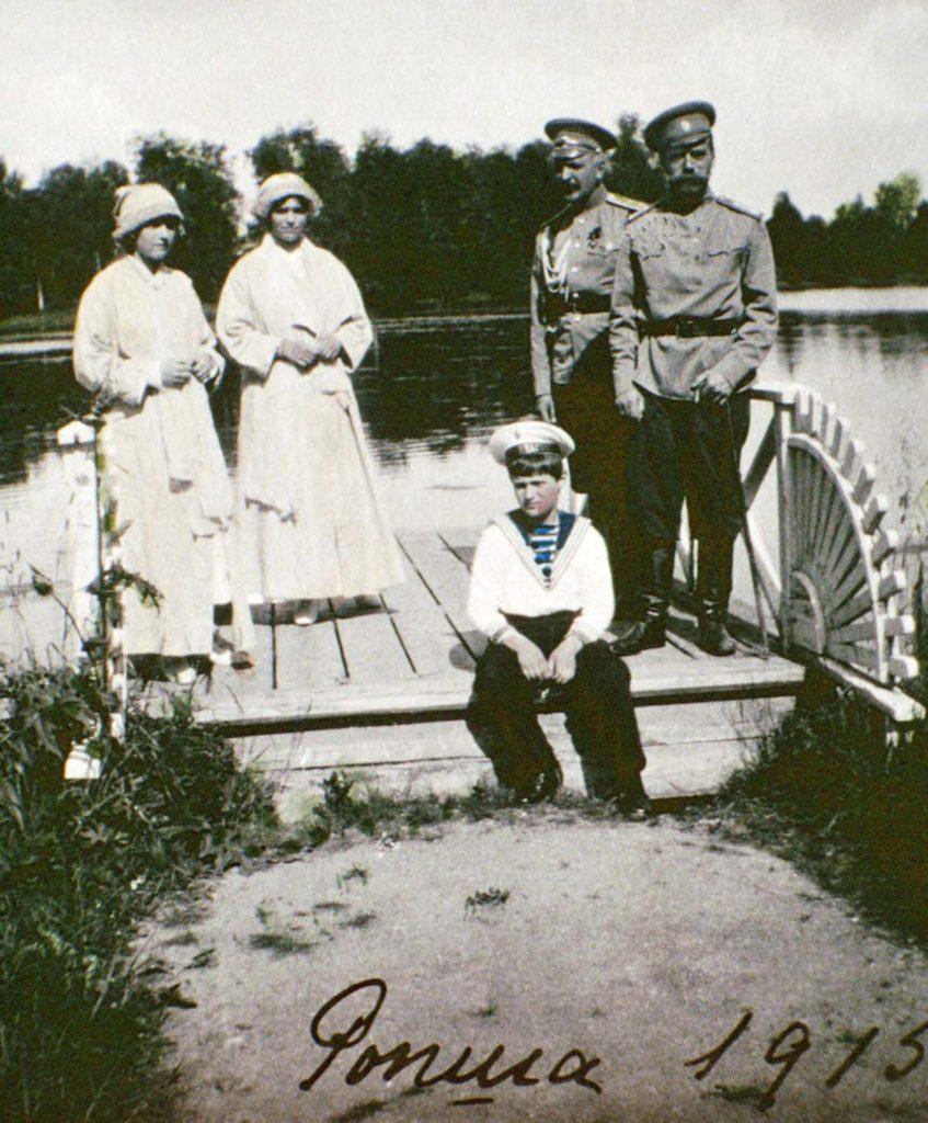 Ольга, Татьяна, Алексей, неизвестный мужчина и царь Николай II в Росфе, Россия.