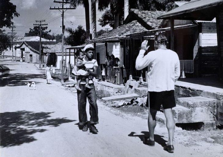 Хемингуэй в деревне Кохимар приветствует местного жителя, Куба, 1950-е годы.