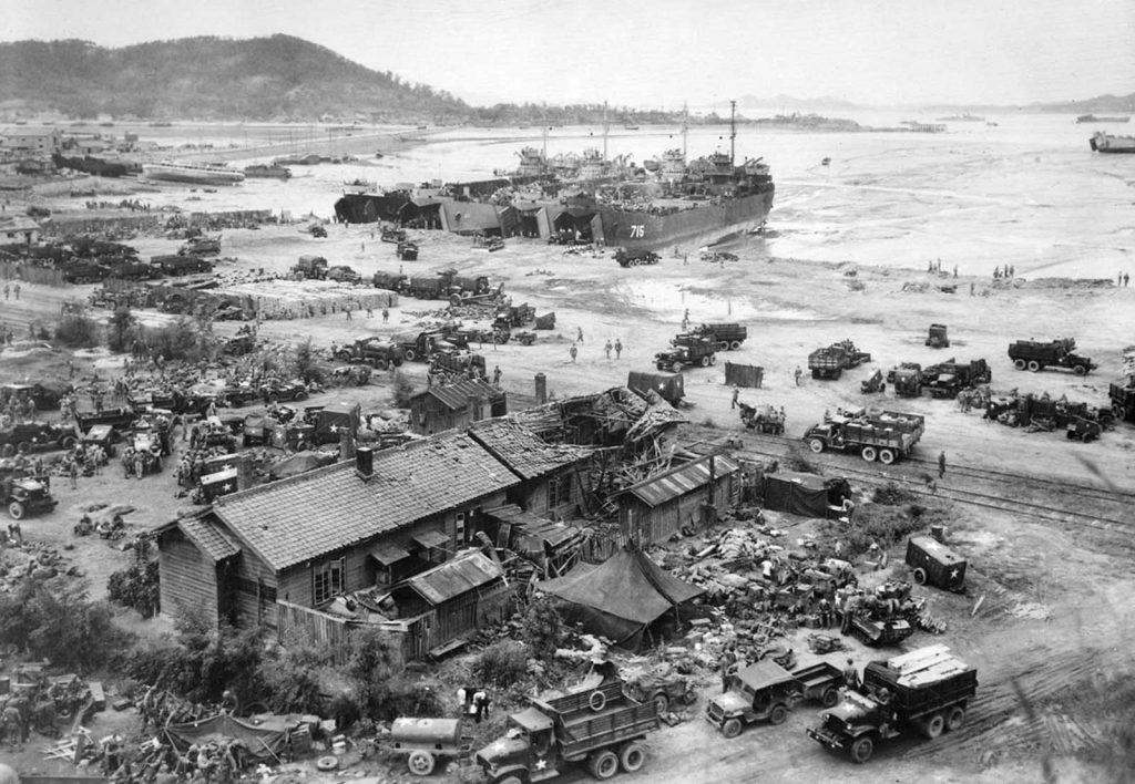 Танкисты разгружаются в Инчхоне 15 сентября 1950 года. Американские войска высадились в гавани Инчхона на следующий день после начала битвы при Инчхоне.