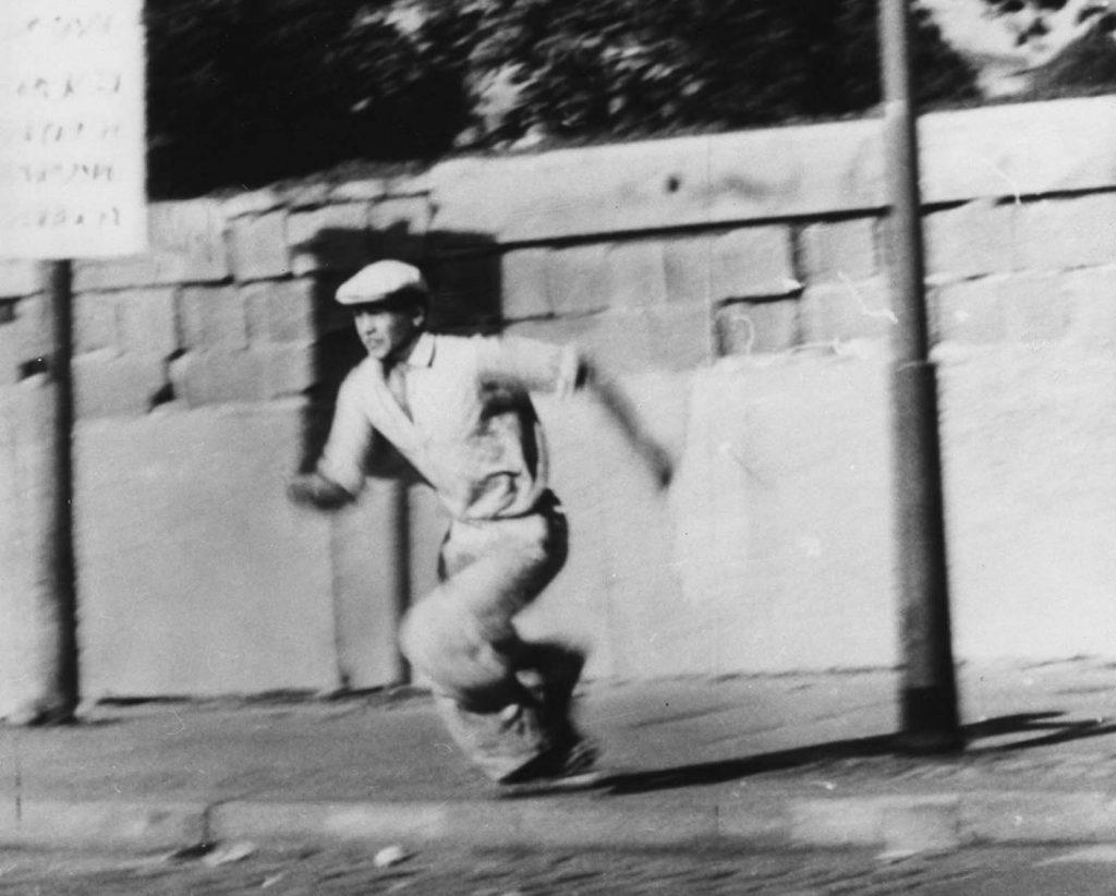 Попытка побега из восточно-германской части Берлина в Западный Берлин, перелезая через Берлинскую стену 16 октября 1961 года.