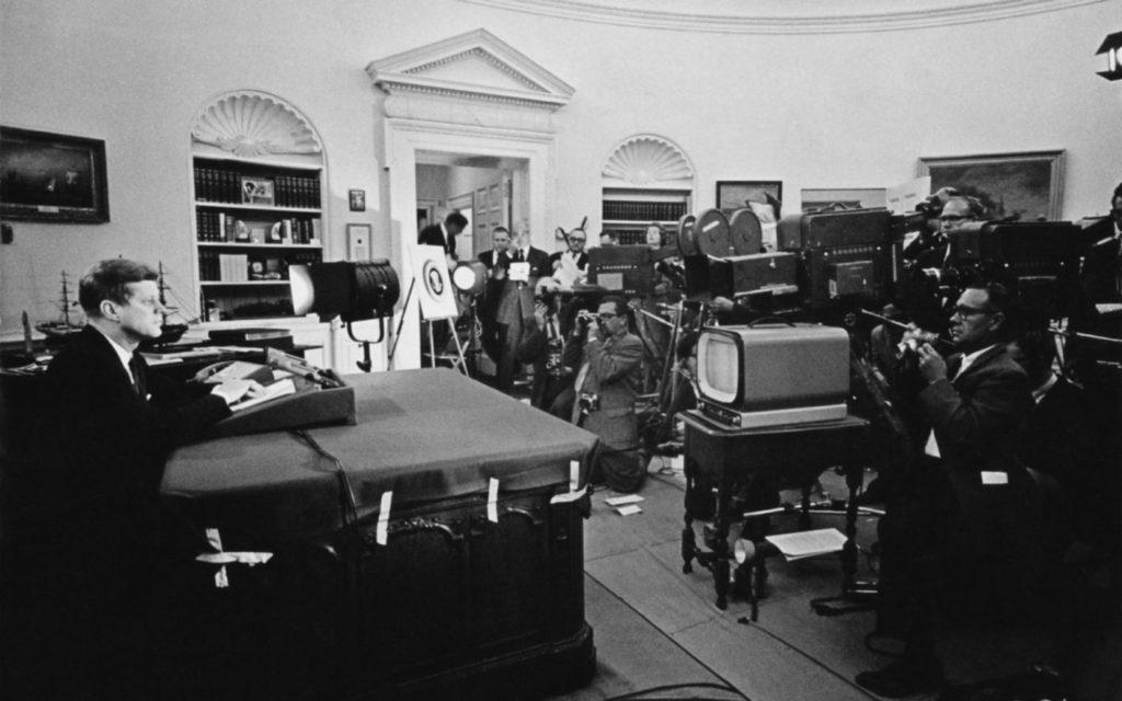 Президент США Джон Кеннеди выступает перед журналистами во время телевизионной речи перед нацией о стратегической блокаде Кубы и своем предупреждении Советскому Союзу о ракетных санкциях во время Кубинского ракетного кризиса 24 октября 1962 года в Вашингтоне, округ Колумбия.