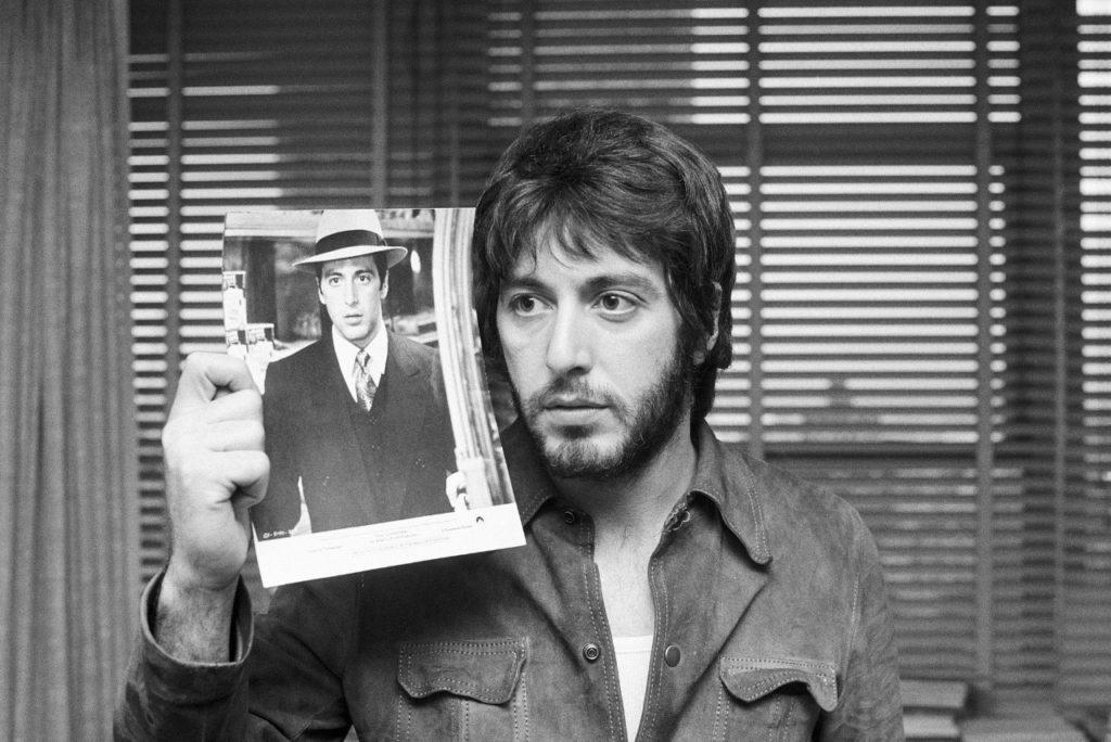 Демонстрирует фотографии самого себя в фильме «Крестный отец», 1973 год.