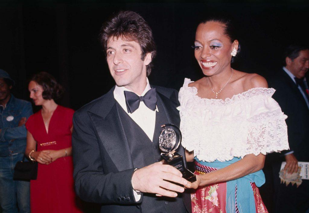 """Аль Пачино с премией """"Тони"""" за лучшую мужскую роль, справа Дианой Росс, Нью-Йорк, 1977 год."""