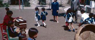 Школьники танцуют на площадке для игр.