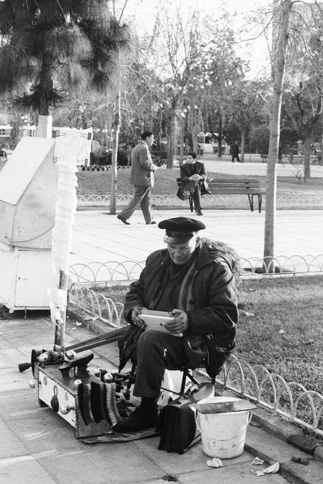 Чистка обуви в парке, Афины, Греция, 1974 год.