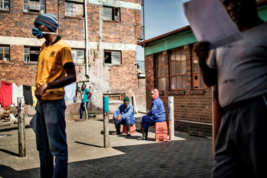 Житель Йоханнесбурга ждет своей очереди на тестирование на коронавирус, 14 мая 2020 года. Covid-19, коронавирус в Африке.