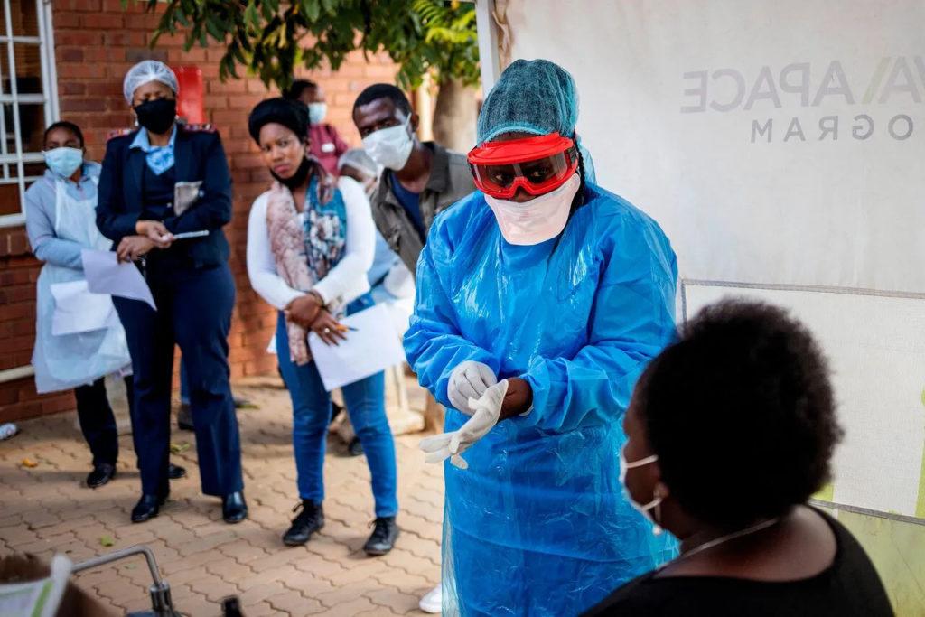 Медсестра некоммерческой организации «Врачи без границ» готовится взять мазок на коронавирус в клинике Йоханнесбурга, 13 мая 2020 года. Covid-19, коронавирус в Африке.