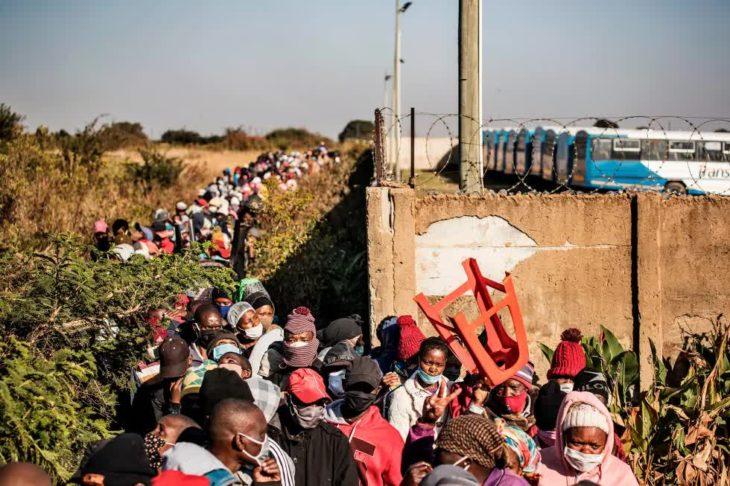 Очередь за бесплатными масками, мылом и санитайзерами в пригороде южноафриканского города Претория, 20 мая 2020. Covid-19, коронавирус в Африке. года.