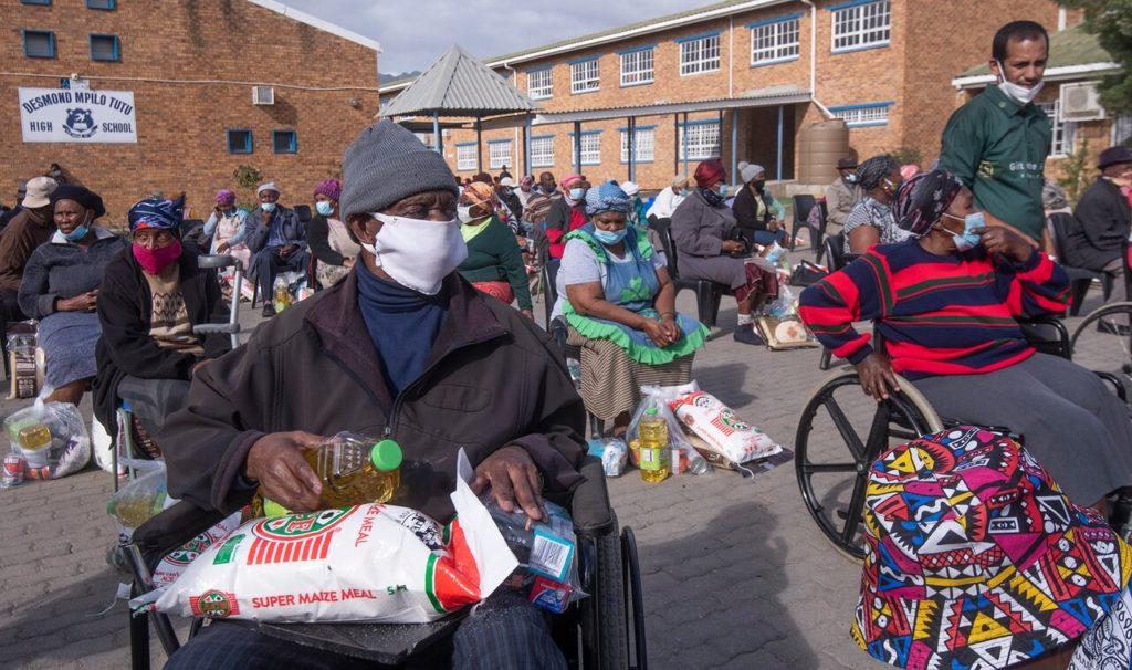 Раздача бесплатной еды в южноафриканском городе Парл, 13 мая 2020 года.