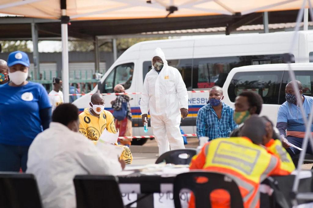 Мобильная станция по тестированию на COVID-19 на стоянке маршрутных такси в южноафриканском городе Мидранд, 19 мая 2020 года.