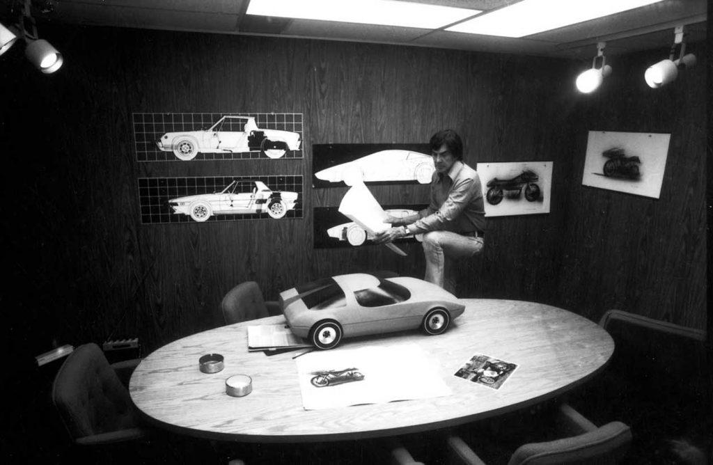 Джон ДеЛореан в своем офисе возле стоящего на столе макета DMC-12, 1974 год.