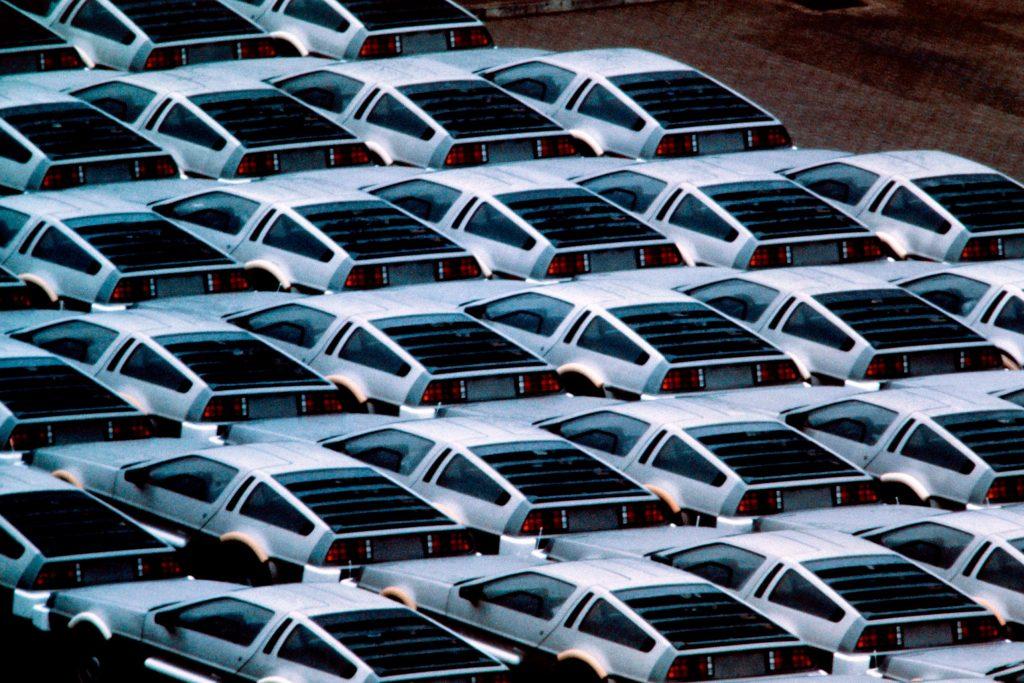 Стоянка автомобилей DeLorean возле завода по производству, Северная Ирландия, 1982 год.