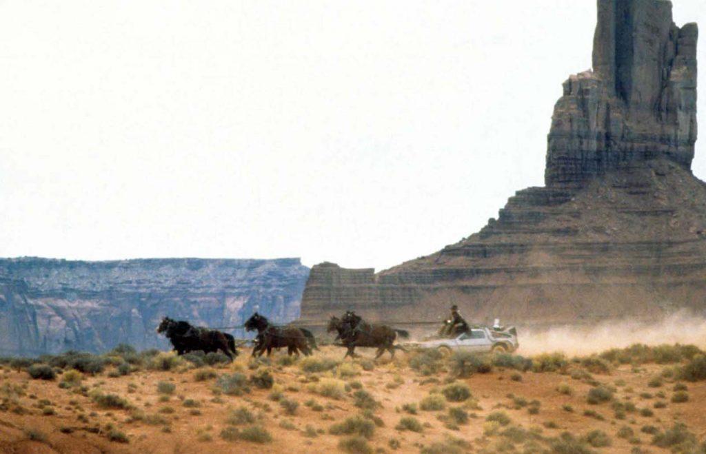 """Кадр из фильма """"Назад в будущее 3"""" (1980) с DeLorean в роли машины времени."""