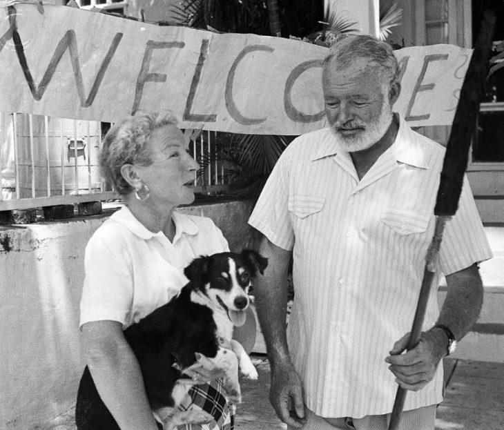 Эрнест и его жена Мэри перед большим приветственным знаком в Гаване, Куба, после их возвращения из Африки, 1954 год.