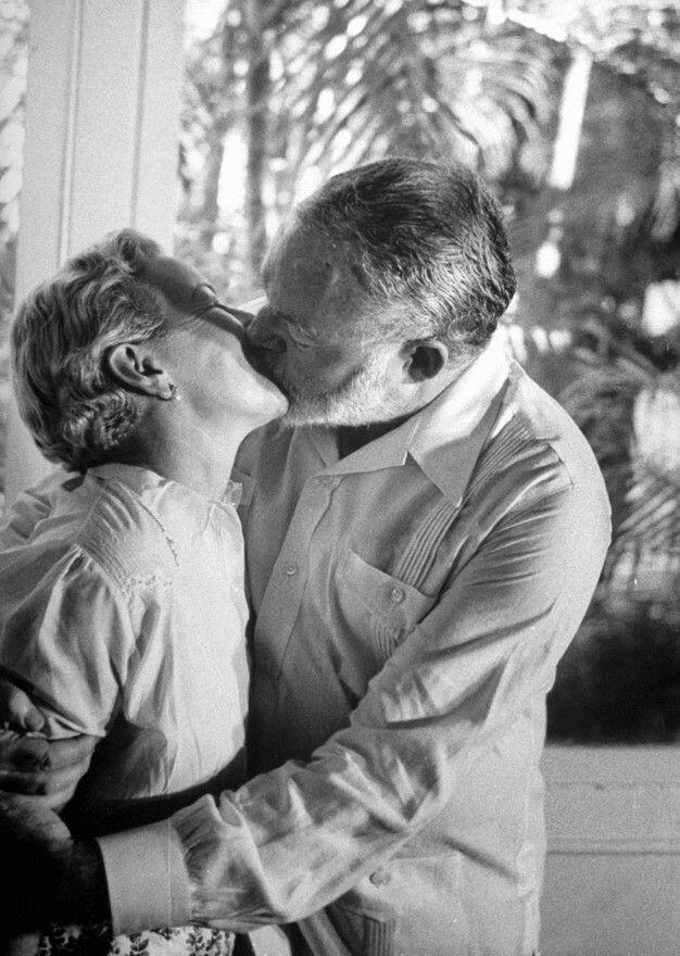 Эрнест Хемингуэй целует свою жену Мэри Уэлш, после известий о присуждении ему Нобелевской премии по литературе за книгу «Старик и море», 1954 год.