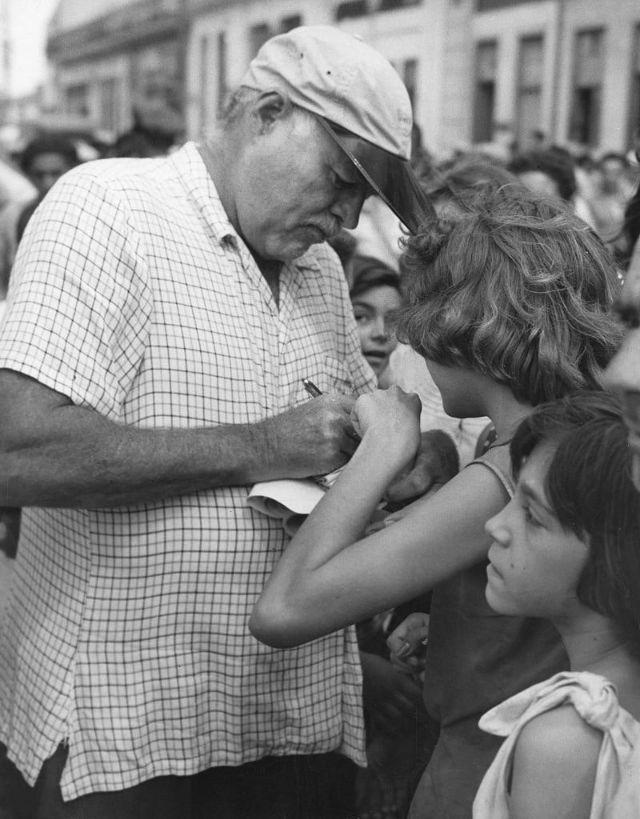 Хемингуэй раздает автографы местным жителям во время съемок фильма «Старик и море», Куба, 1956 год.