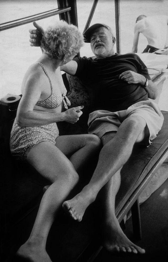 Эрнест и его жена Мэри Уэлш позируют для фотографа на своем катере «Pillar», Куба, 1956 год.