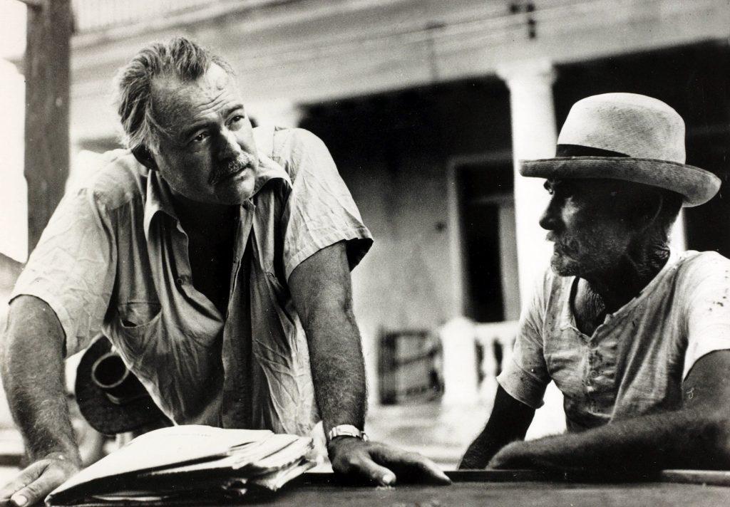 Хемингуэй с местным жителем на Кубе, около 1945 года.