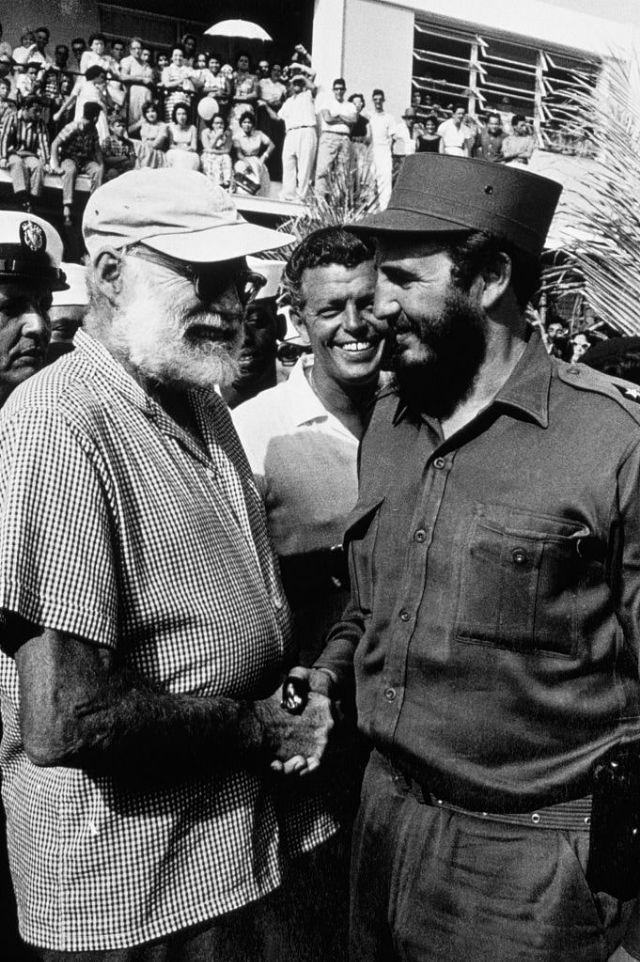 Хемингуэй жмет руку Фиделю Кастро во время Кубка Хемингуэя, соревнования рыбаков на Кубе, 1959 год.