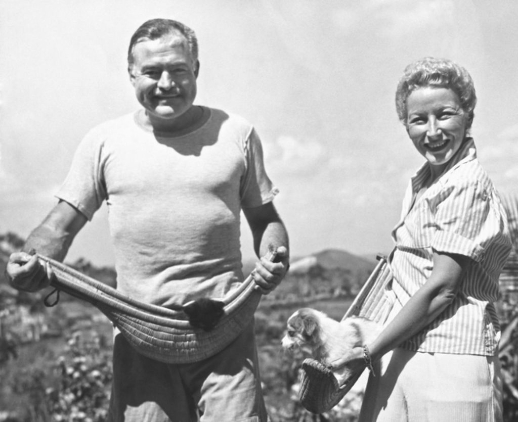 Эрнест и его четвертая жена, Мэри Уэлш, с домашними животными на ферме в Сан-Франциско-де-Паулу, Гавана, Куба, март 1946 года.