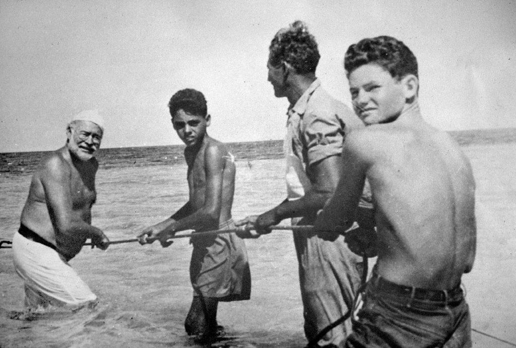 Хемингуэй и его друг Грегорио Фуэнтес, вдохновивший его на роман «Старик и море», Куба, 1950-е годы.