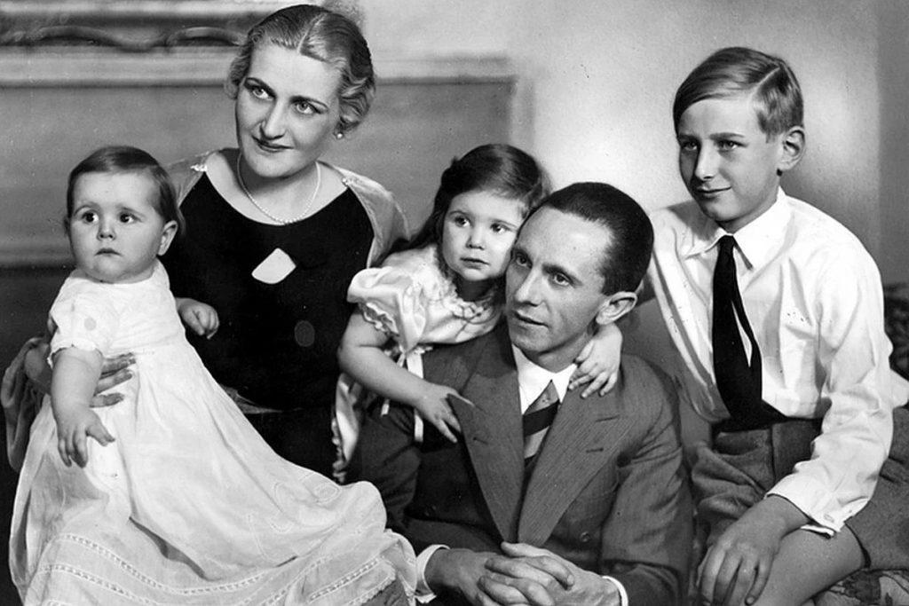 Магда и Йозеф Геббельс с детьми.
