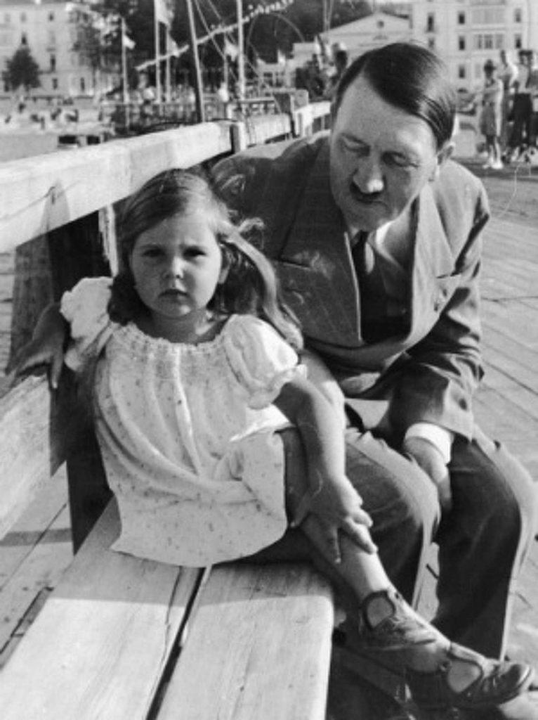 Маленькая Хельга и Адольф Гитлер.