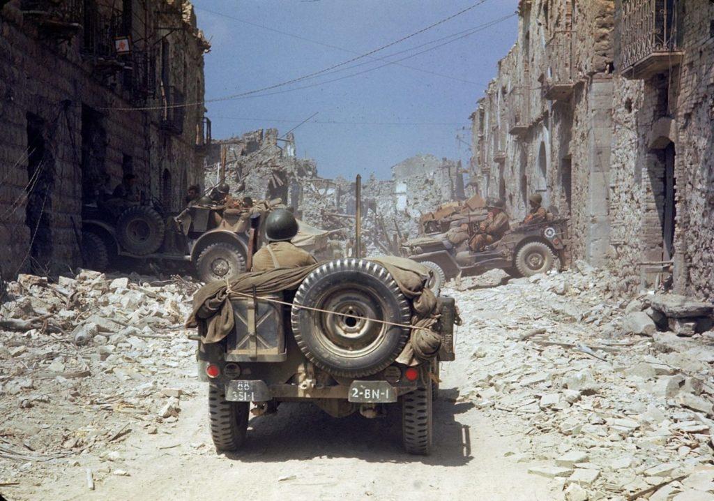 Американские джипы передвигаются по разбомбленному городу во время Итальянской кампании, Вторая мировая война, 1943 год.
