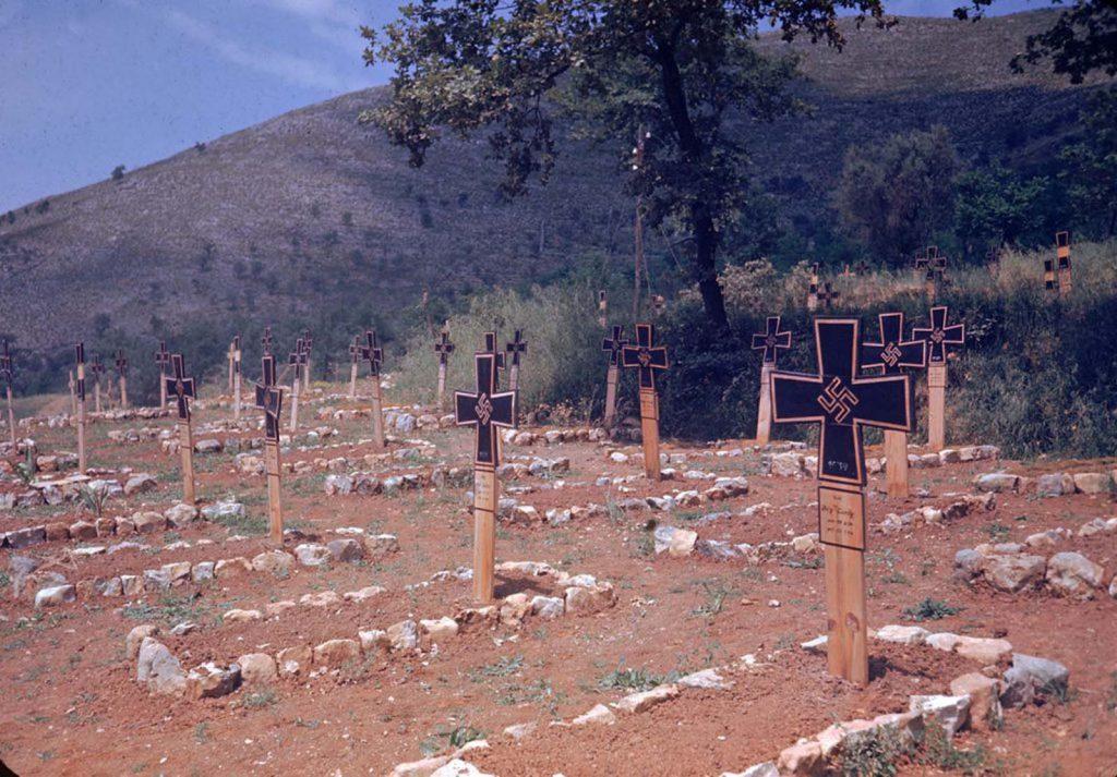 Немецкое кладбище вдоль дороги в коммуну Эсперия, сфотографированное во время Итальянской кампании, Вторая мировая война 1944 год.