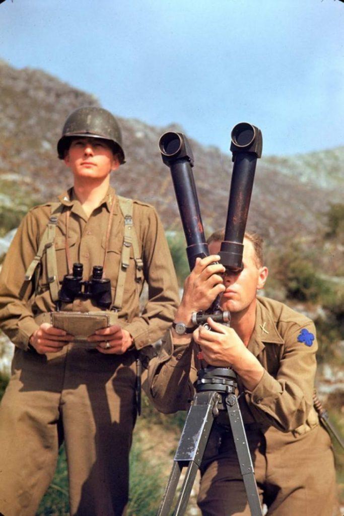 Американский солдат осматривает горизонт в поисках немецких позиций, Итальянская кампания, Вторая мировая война 1944 год.