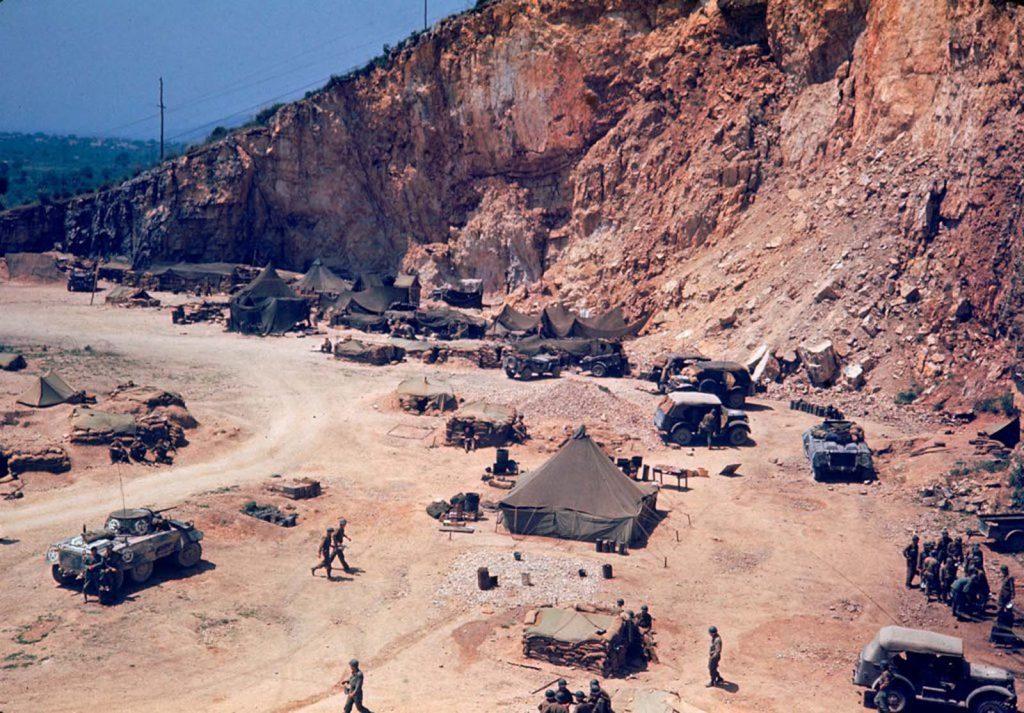 Американские военный лагерь разбитый на обочине дороги, Итальянская кампания, Вторая мировая война 1944 год.