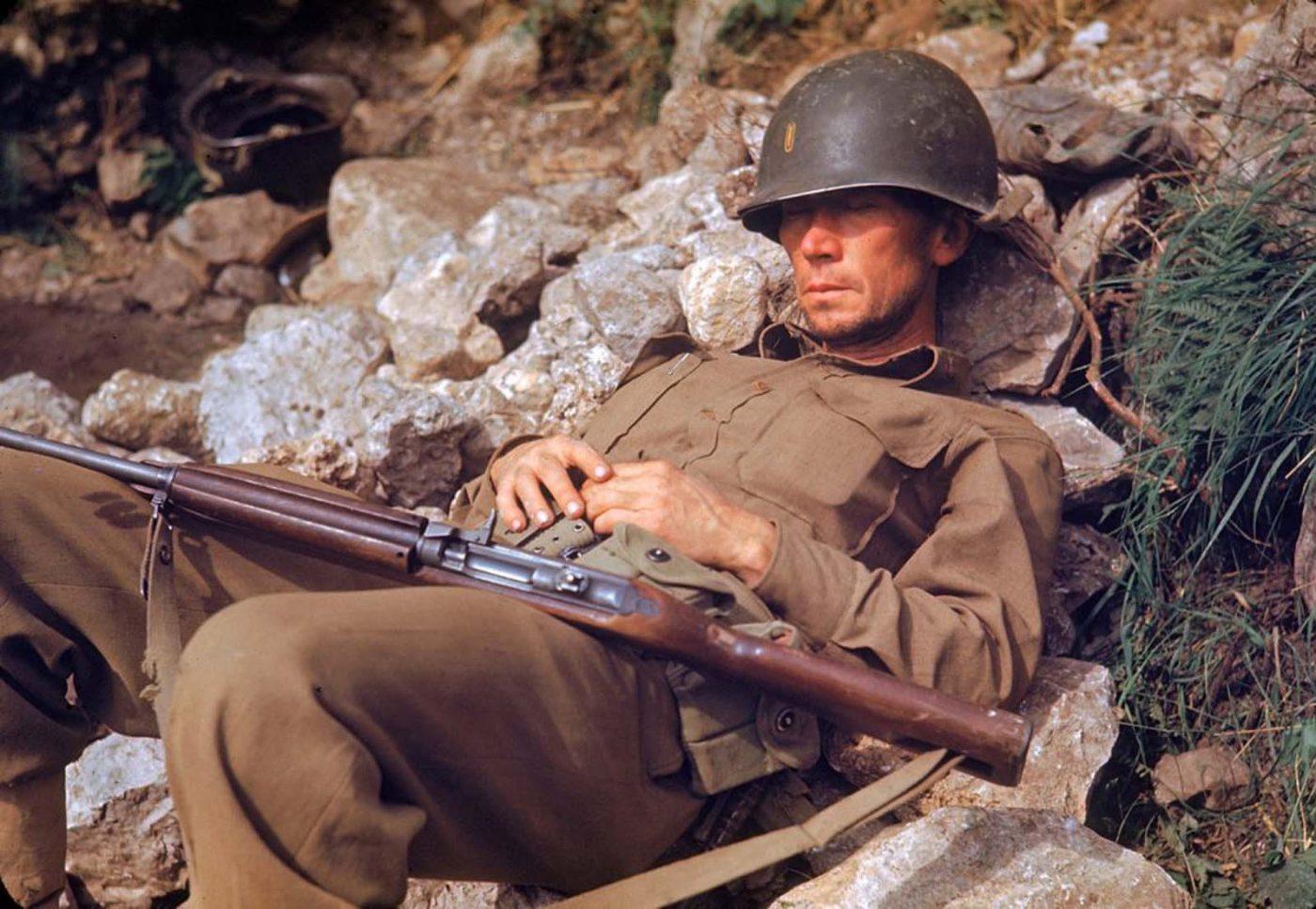 Американский солдат спит на груде камней, Итальянская кампания, Вторая мировая война 1944 год.