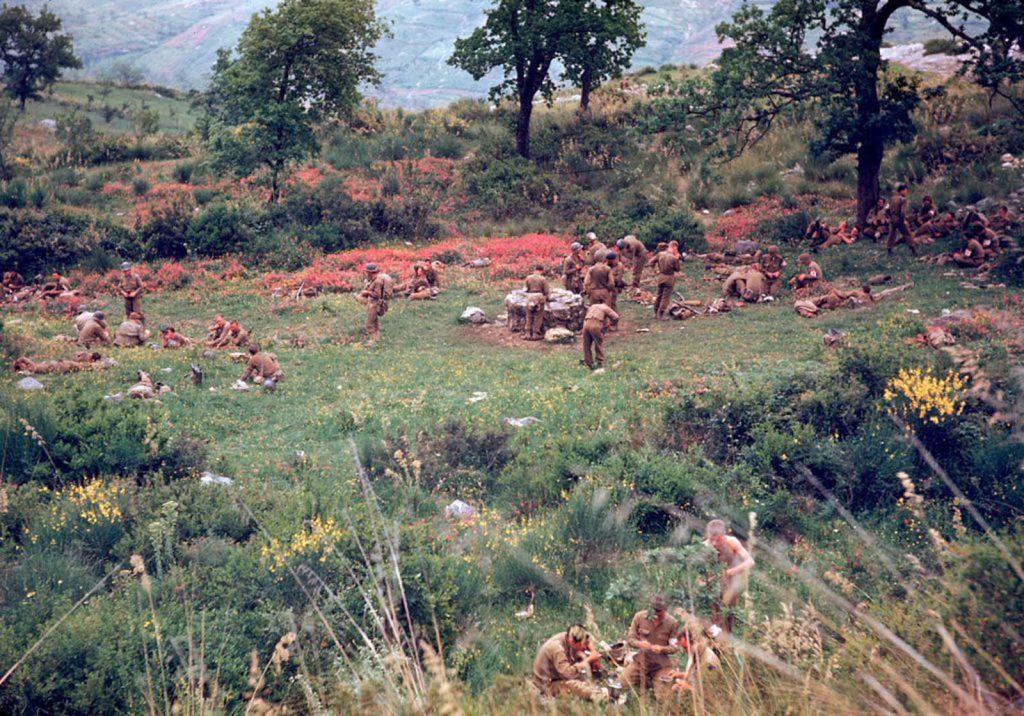 Американские солдаты во время перевала в поле, Итальянская кампания, Вторая мировая война 1944 год.