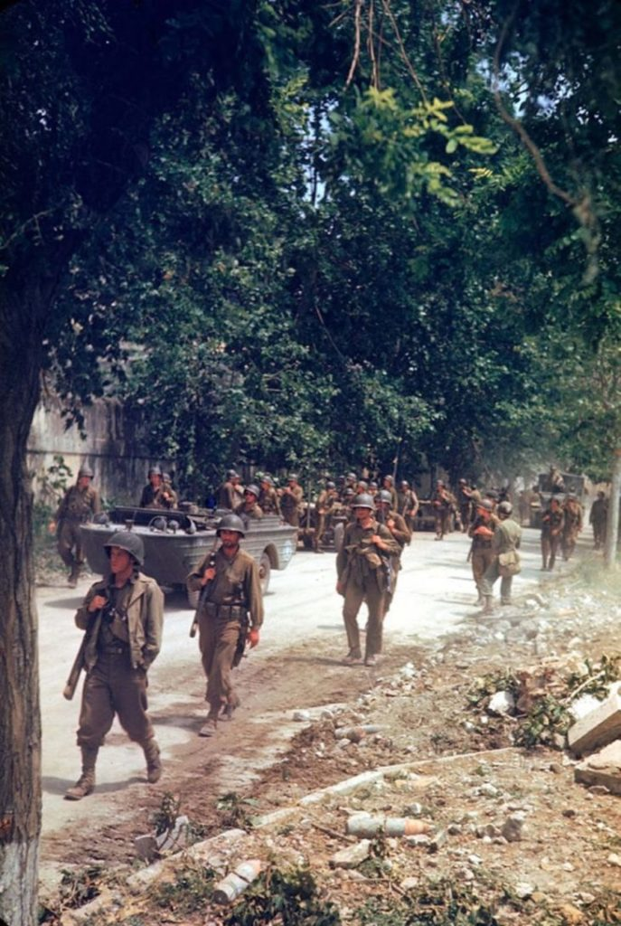 Американские солдаты идут по Аппиевой дороге, Итальянская кампания, Вторая мировая война 1944 год.