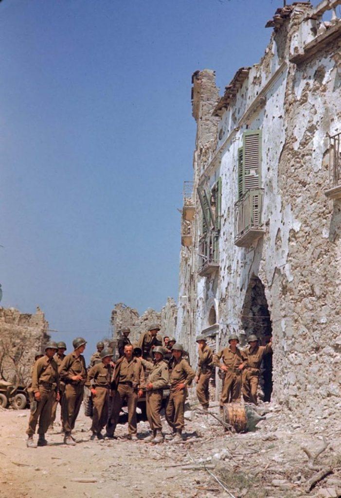 Американские солдаты стоят перед обстрелянным зданием, Итальянская кампания, Вторая мировая война 1944 год.
