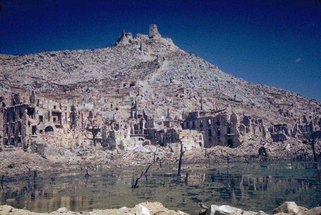 Руины города Монте-Кассино, возникшие в результате массированной бомбардировки союзников во время попытки сместить немецкие войска, оккупировавшие город, Итальянская кампания, Вторая мировая война 1944 год.