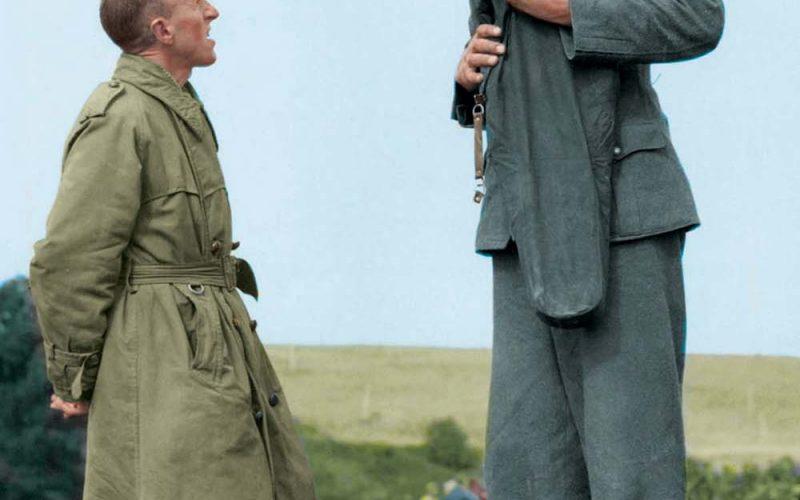 Якоб Накен (221 см), самый высокий немецкий солдат Второй мировой войны, разговаривает с британским капралом Бобом Робертсом (160 см) после капитуляции, Кале, Франция, 1944 год.