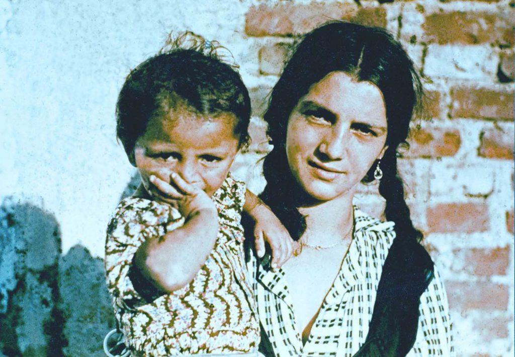 Женщина и ребенок в лагере во время расследования, проведенного Исследовательским центром по расовой гигиене при Рейхском бюро здравоохранения. 1938 год.