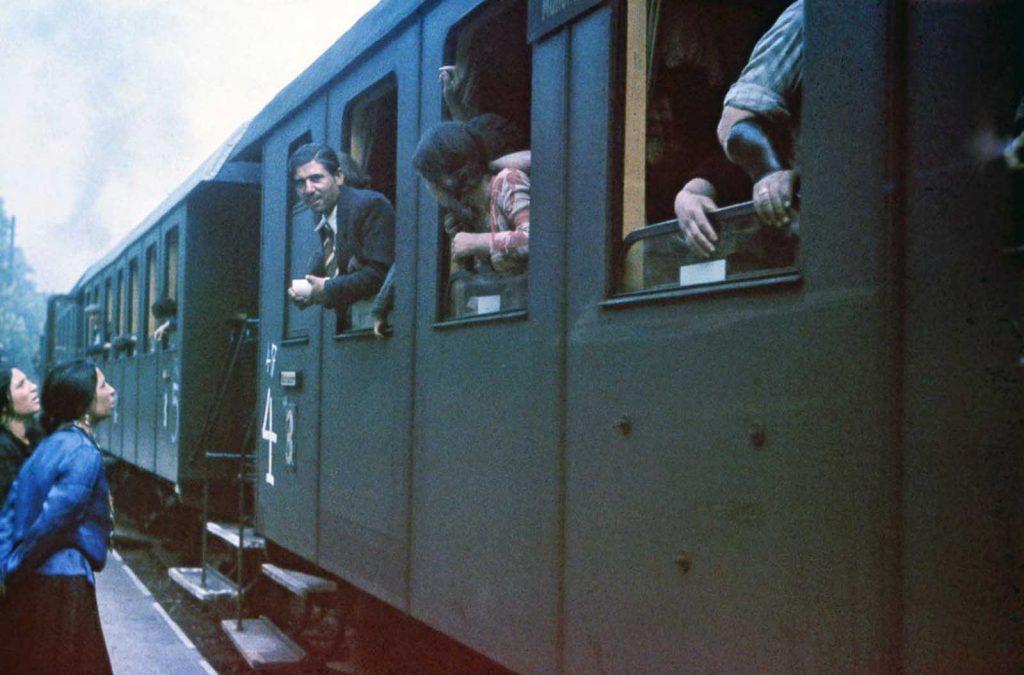 Цыгане в поезде, который доставит их в концлагерь в Польше. 22 мая 1940 года.