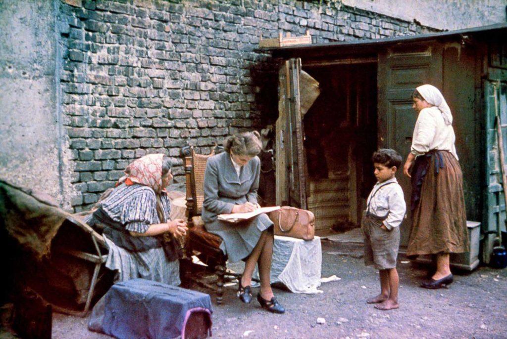 Ева Джастин берет интервью у цыганки о ее семье и происхождении. 1938 год.