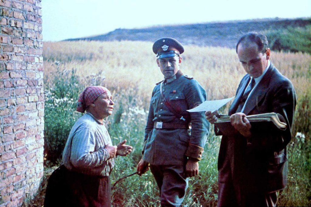 Доктор Роберт Риттер проводит интервью с женщиной. 1938 год.