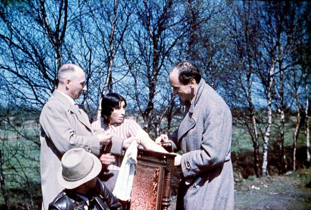 Доктор Риттер берет образец крови у цыганки. 1938 год.