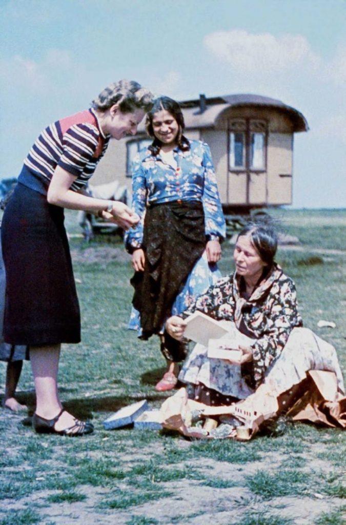 Софи Эрхардт из Исследовательского центра расовой гигиены проводит интервью с пожилой женщиной. 1938 год.