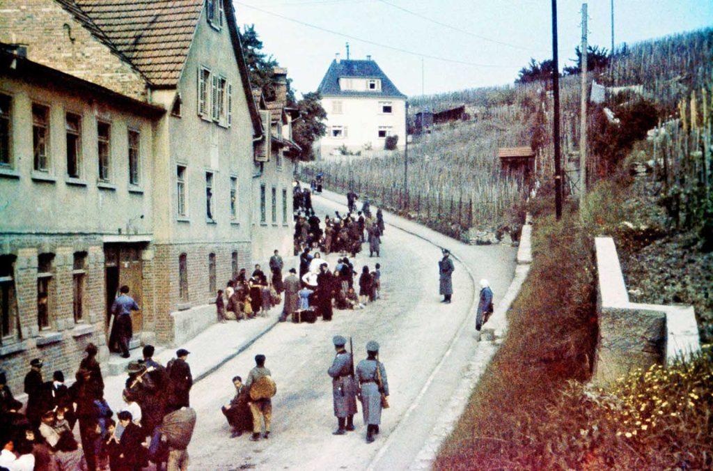 Цыгане задержанные полицией в Асперге, Германия. 22 мая 1940 года.