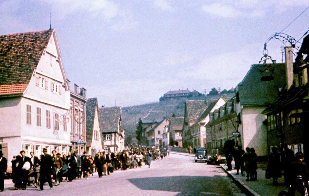 Цыгане проходят по улице в Асперге по пути в тюрьму Хоэнасперг до их депортации в лагеря в Польше. 22 мая 1940 года.