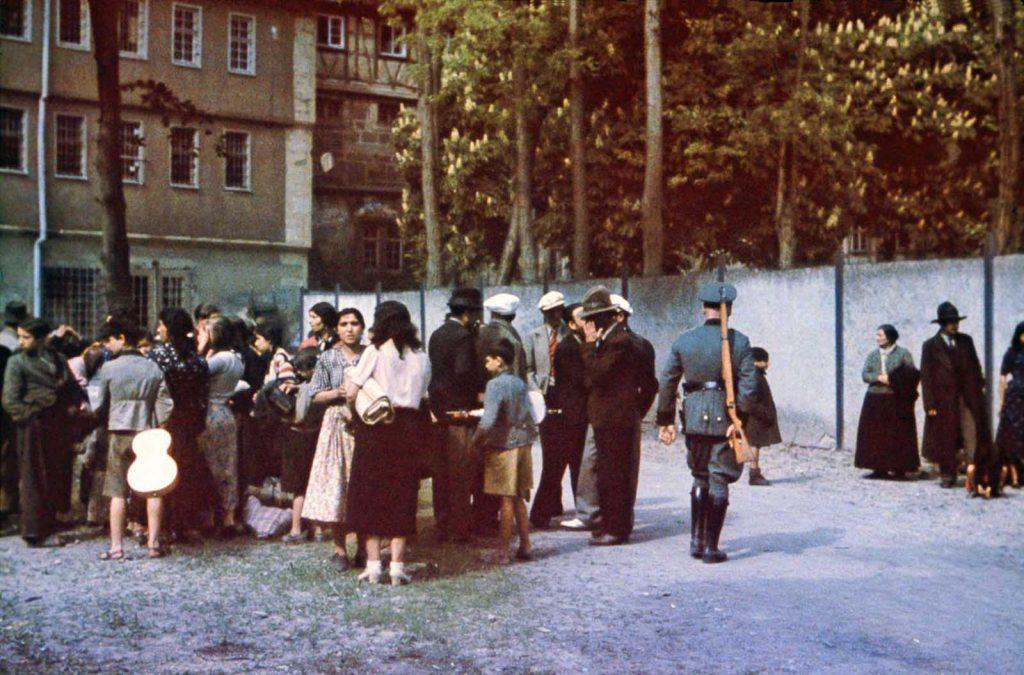 Цыгане во дворе тюрьмы Хоэнасперг до их депортации в лагеря в Польше. 22 мая 1940 года.