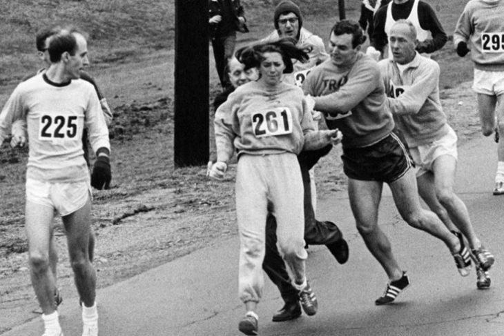 Организаторы Бостонского марафона пытаются остановить Катрин Швитцер, 1967 год (Getty Images)