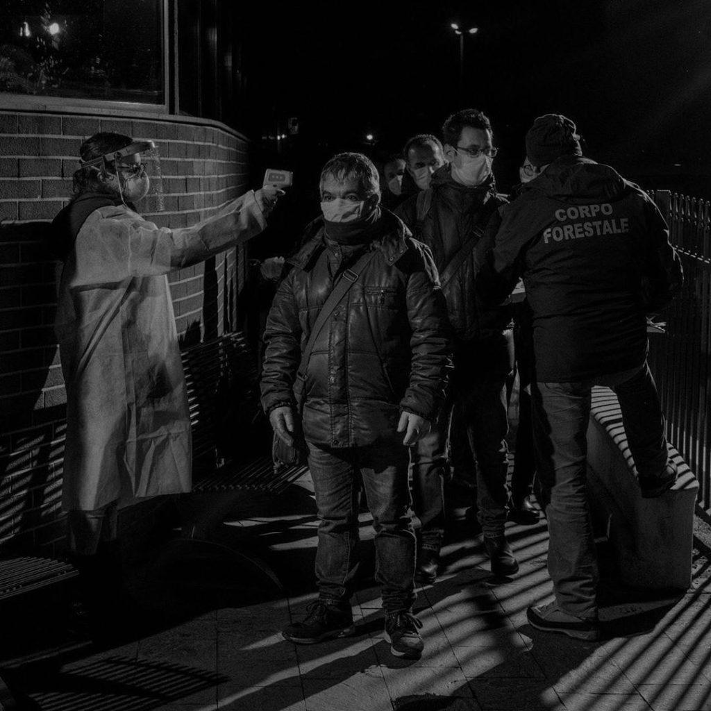 Новые законы ограничивают внутренние передвижения по Италии. По прибытии на паромный терминал в Мессине эти работники проходят строгий контроль, остров Сицилия, Италия, 2020 год.