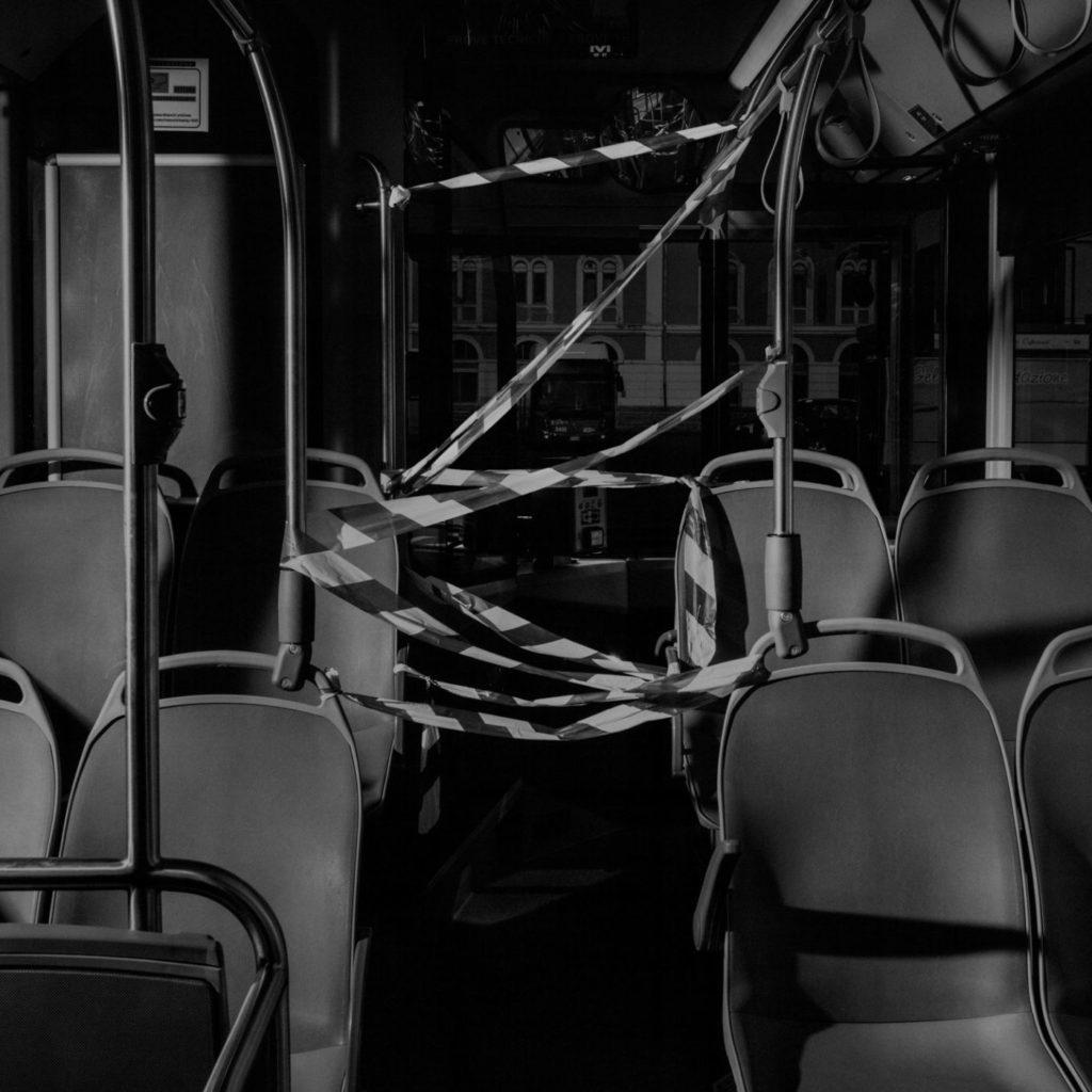 Внутри автобуса водитель установил ограждение с помощью ленты, чтобы отделить себя от пассажиров, Катания, остров Сицилия, 2020 год.